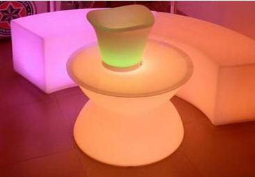 Noleggio pouf tavolino yoyo a milano for Noleggio arredi design milano