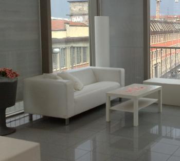 Noleggio arredi lounge divano roma bianco ecopelle a milano for Noleggio arredi design milano