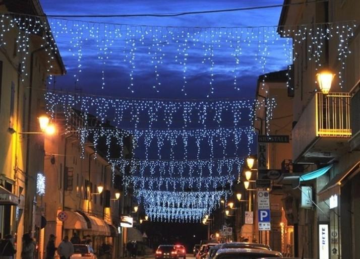 Noleggio luminarie natalizie per negozi: luci natalizie a led a